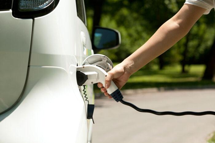 coche eléctrico cargando